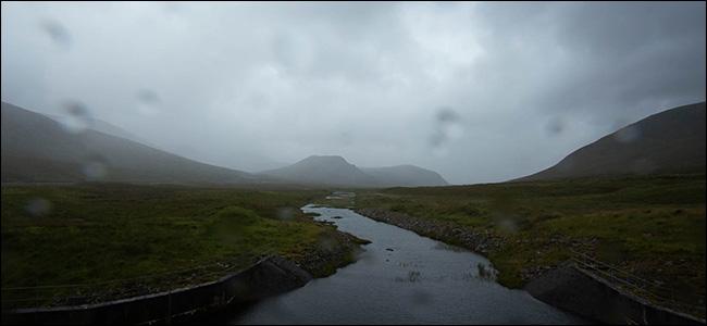 Una montaña y un arroyo en un día nublado y húmedo.