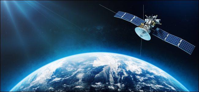 Representación de un artista de un satélite en órbita alrededor de la Tierra.