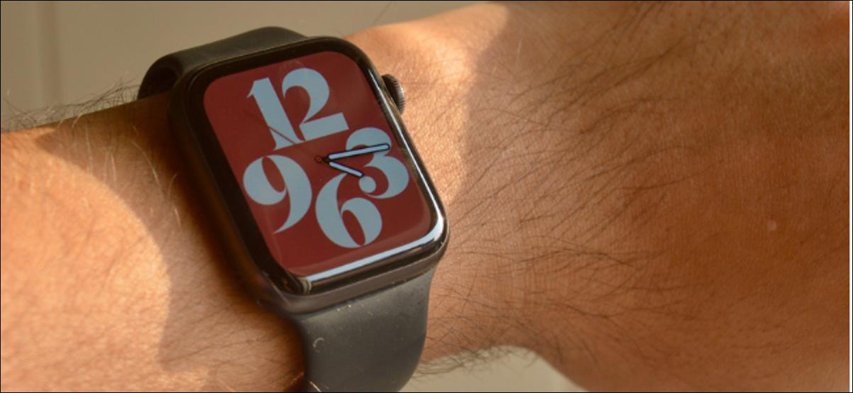 Apple Watch con esfera de reloj de tipografía colorida