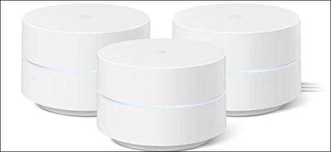 Tres discos de Google WiFi, todos blancos, con un acento LED azul claro en el centro.