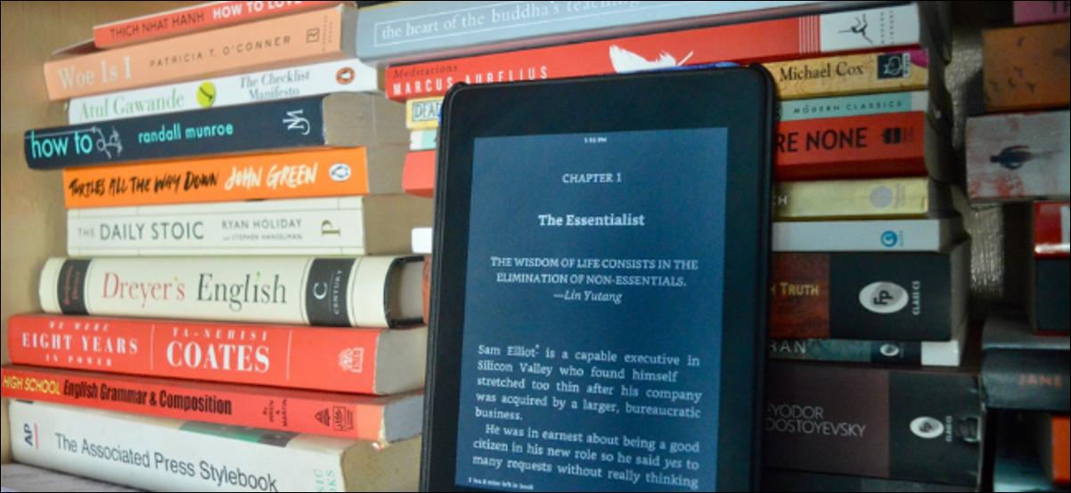 Libro de lectura de usuario de Kindle en modo oscuro