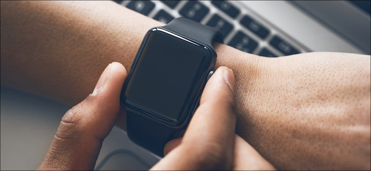 Usuario de Apple Watch que apaga su reloj inteligente