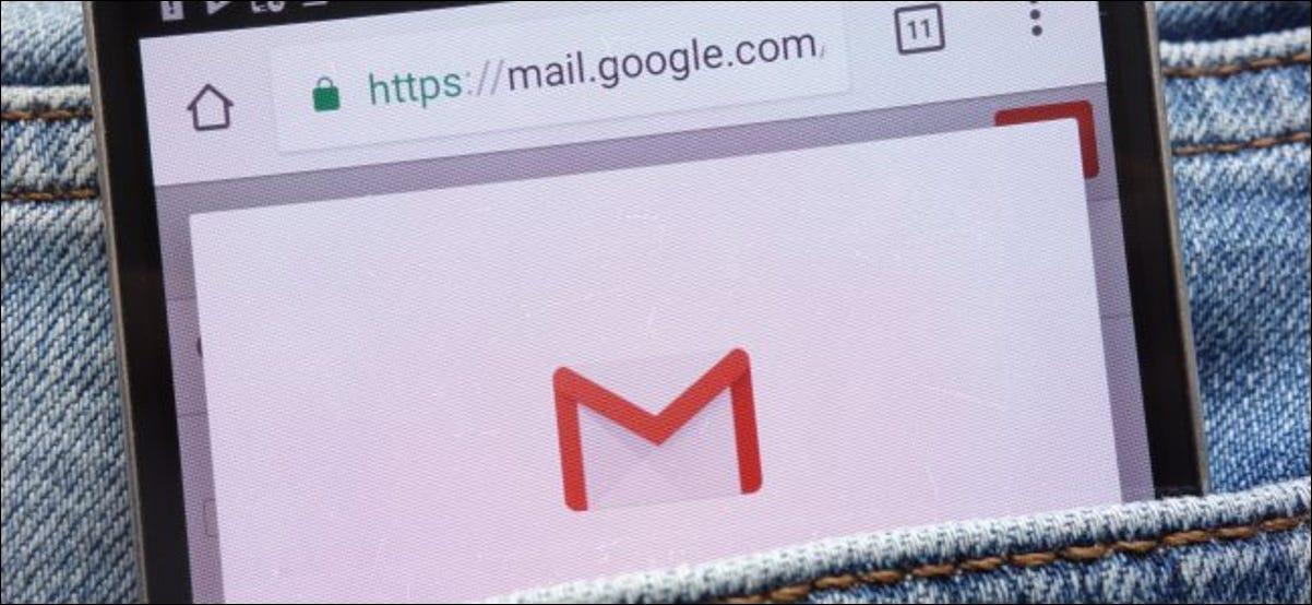 El sitio web de Gmail en un teléfono inteligente en el bolsillo de alguien.