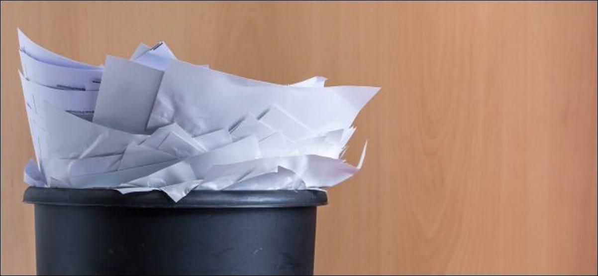 Un bote de basura rebosante de papeles.