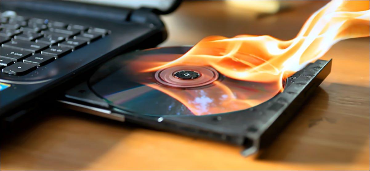 Grabar un CD en una unidad de computadora portátil.