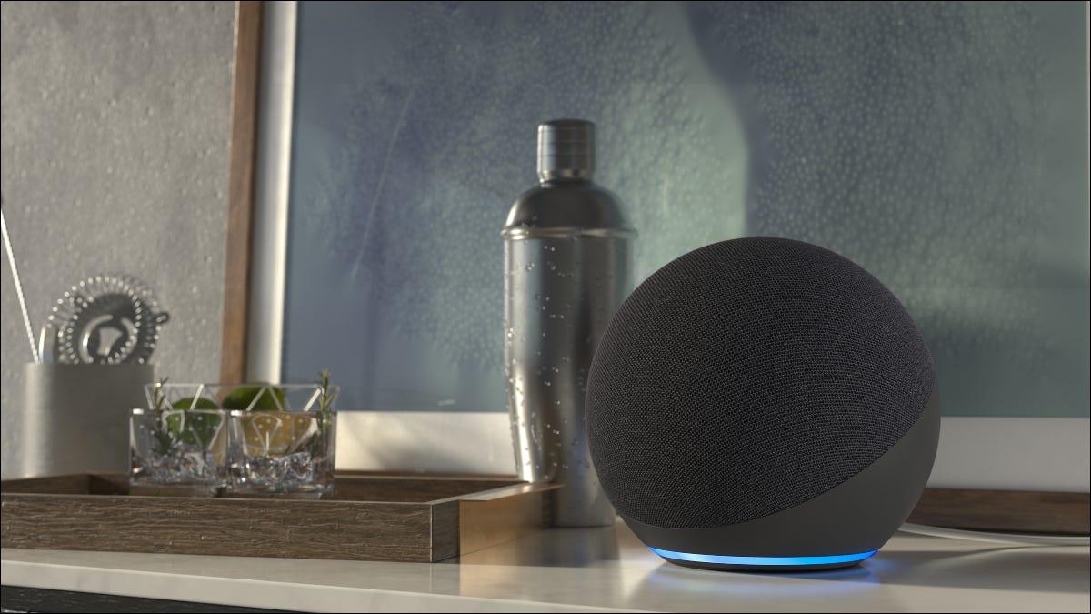 Un Amazon Echo sobre una mesa.