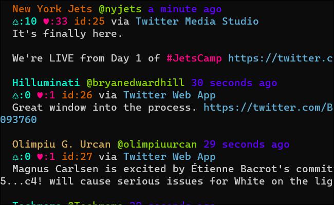 Una ventana de terminal con un flujo de tweets usando varios colores de texto.