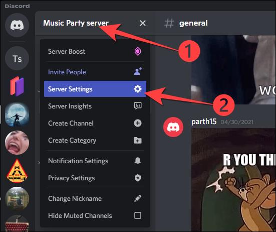 """Haga clic en el nombre de su servidor de la comunidad en la esquina superior izquierda y seleccione """"Configuración del servidor"""" en el menú desplegable."""