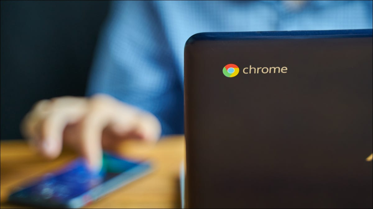 Chromebook de cerca en el logotipo de Chrome