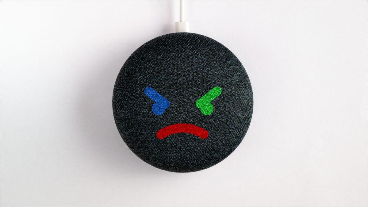 Altavoz Google Nest con cara de loco.