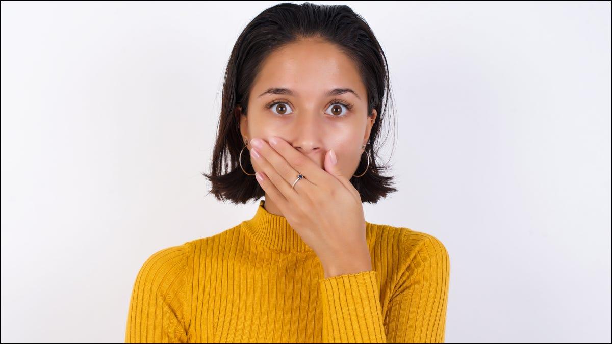 Mujer con expresión de asombro y entregar la boca