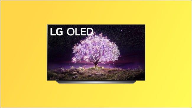 LG C1 sobre fondo amarillo